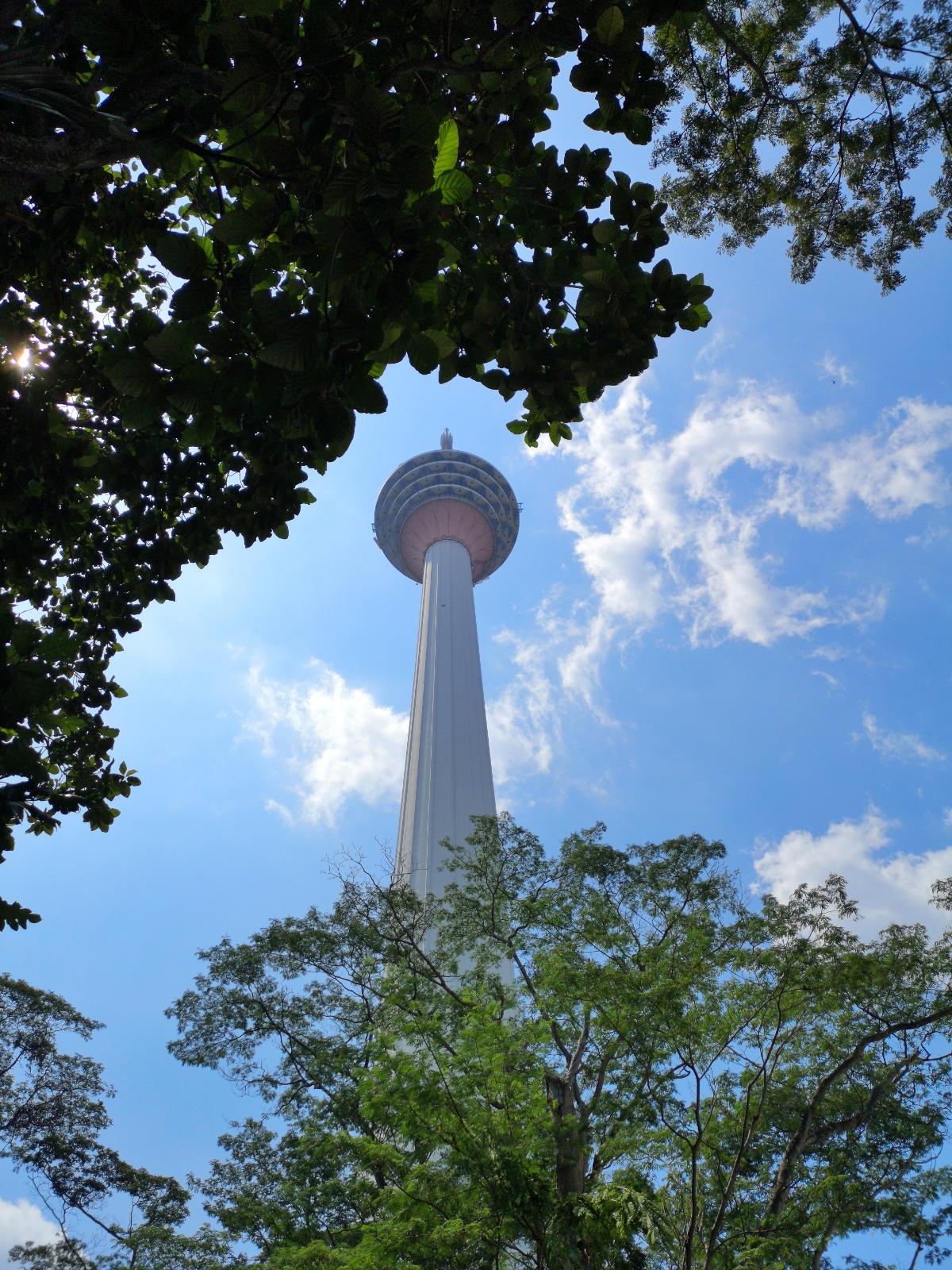 Zu den wichtigsten Sehenswürdigkeiten in Kuala Lumpur gehört der Menara KL oder KL Tower. Ein Must Do fürs Sightseeing. Wanderhunger