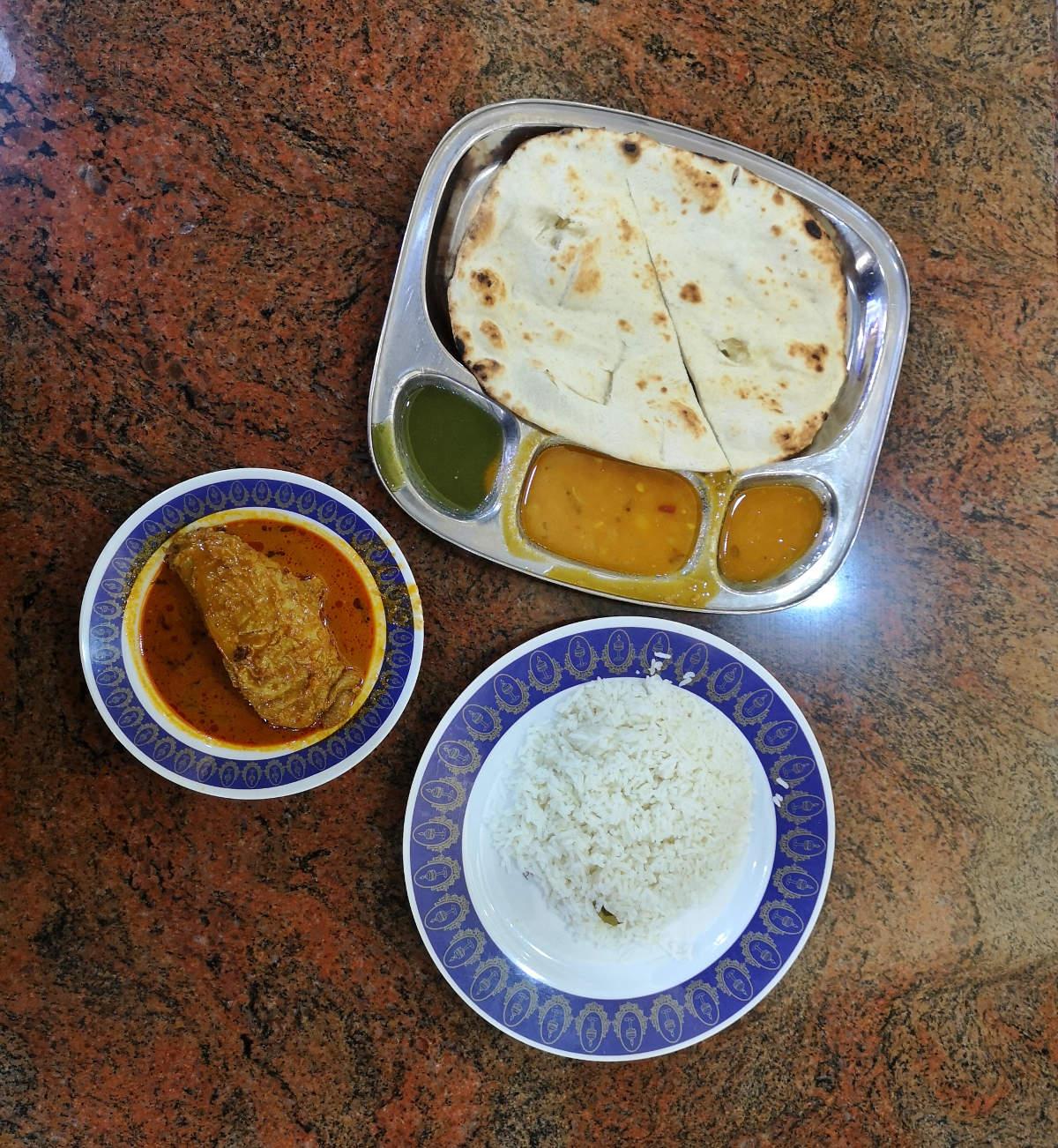 Ausgezeichnetes indisches Essen in Kuala Lumpur gibt es im KLCC im Nasi Kandar Pelita, hier Chicken Curry und Naan Brot. Wanderhunger