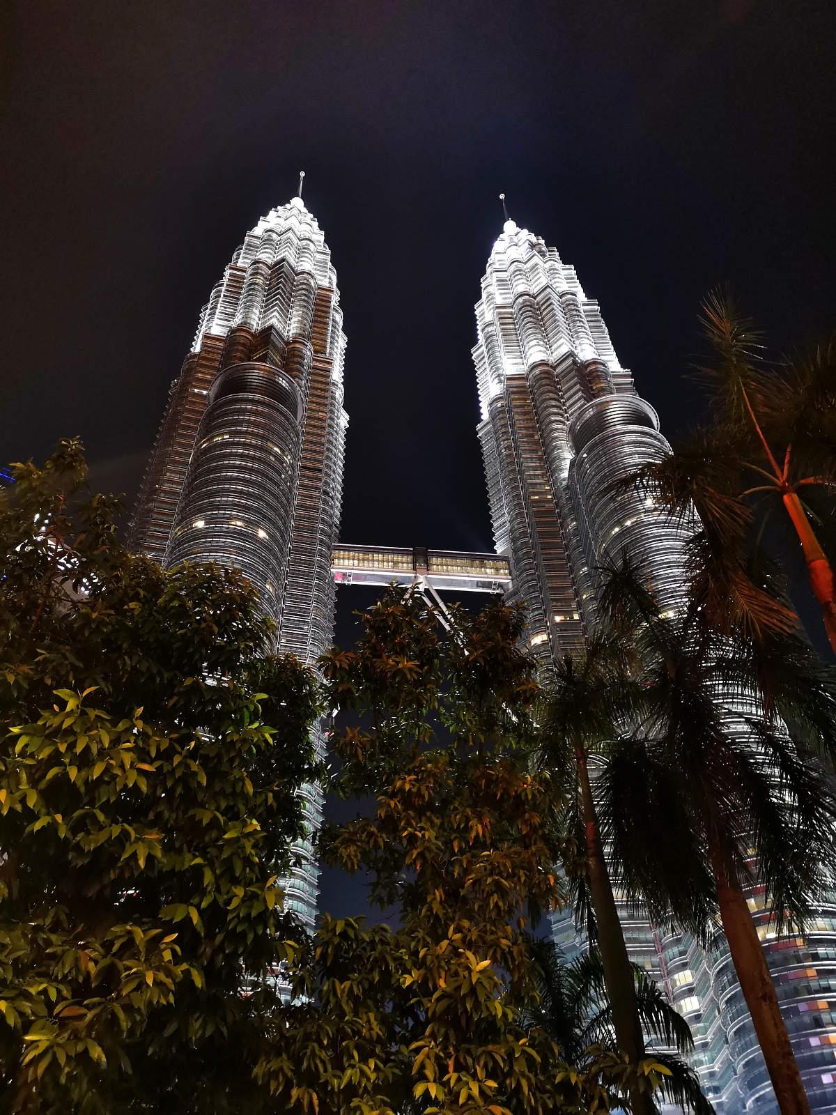 Die Petronas Towers sind das Wahrzeichen von Kuala Lumpur und besonders in der Nacht ein beeindruckender Anblick. Wanderhunger
