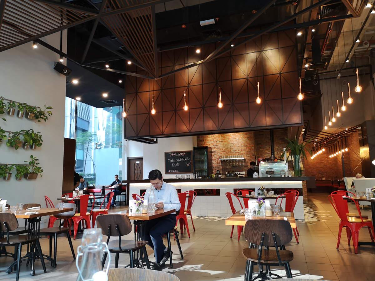Jazzige Musik, tolle Kellner und ausgezeichnetes Essen/Frühstück machen das Ra.Ft Cafe Bistro in Kuala Lumpur KLCC zu einem ausgezeichneten Ziel und Restaurant. Wanderhunger