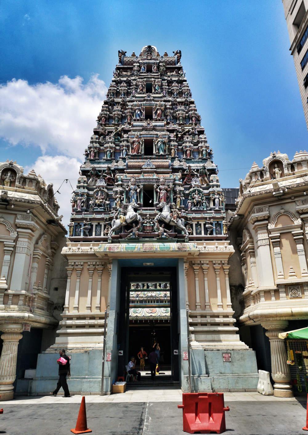 Das beeindruckende Portal bzw. der Torbogen über dem Eingang des Sri Mahamariamman Tempels begeistert mit vielen Details und Farben.