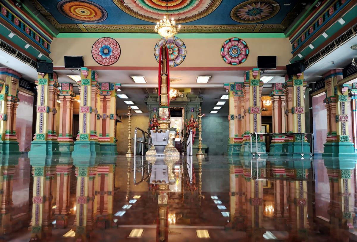Die zentrale Gebetshalle oder Prayer Hall des Sri Mahamariamman Tempels in Kuala Lumpur bietet Schatten, Kühle und drei verschiedene Schreine. Wanderhunger