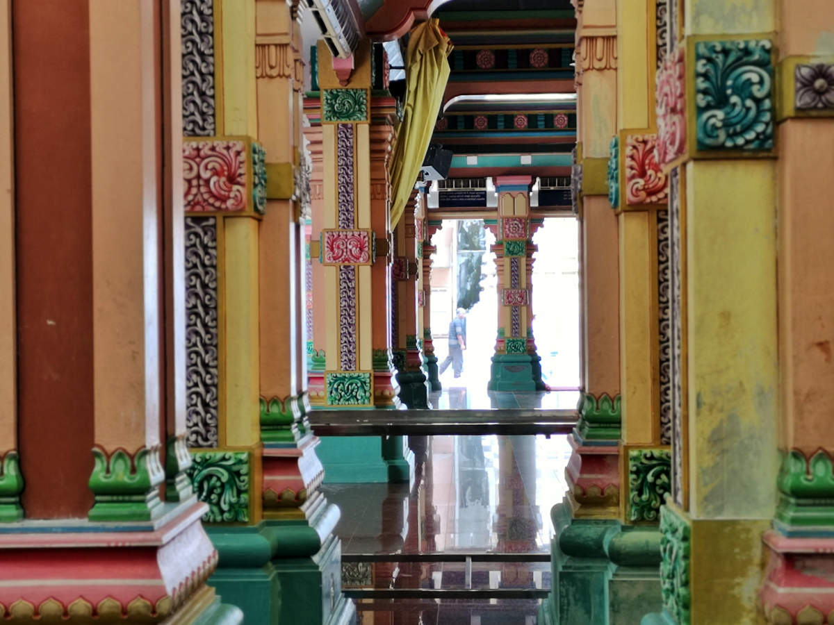 Jede Säule der großen Gebetshalle des Sri Mahamariamman Tempels in Kuala Lumpur ist reich verziert. Wanderhunger