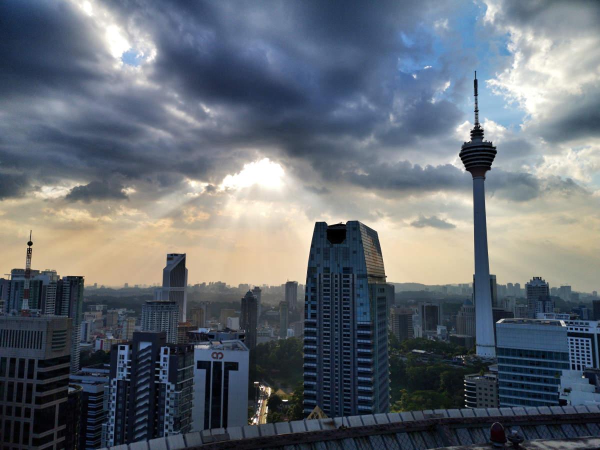 Die Heli Lounge Bar in Kuala Lumpur ist eine Cocktailbar/Rooftopbar auf dem Menara KH Tower auf einem aktiven Helikopter-Landeplatz. Sie bietet einen randlosen 360 Grad Ausblick auf Kuala Lumpur. Wanderhunger