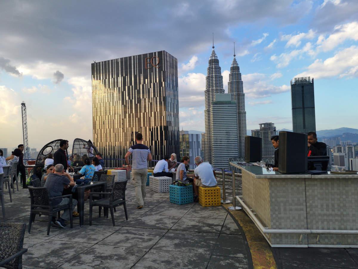 In der Heli Lounge Bar in Kuala Lumpur genießt man Cocktails auf einer Helikopter Landeplattform mit Blick auf die Petronas Towers. Wanderhunger