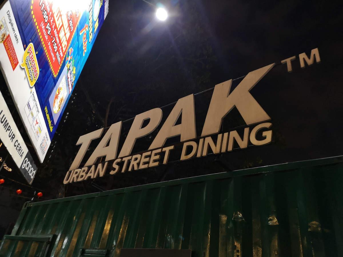 Der Tapak Street Food Market liegt mittem im Kuala Lumpur KLCC neben den Petronas Towers. Viele Foodtrucks bieten eine große mutlikulturelle Essensauswahl. Wanderhunger
