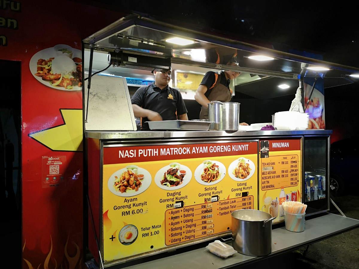 Dieser Foodtruck am Tapak Street Food Market in Kuala Lumpur KLCC bietet malaysische Reisgerichte. Wanderhunger