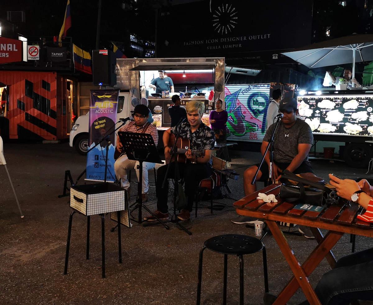 Am Tapak Street Food Market spielt abends die Band Pilots Acoustic, die tolle Stimmung macht. Kuala Lumpur City Center KLCC. Wanderhunger