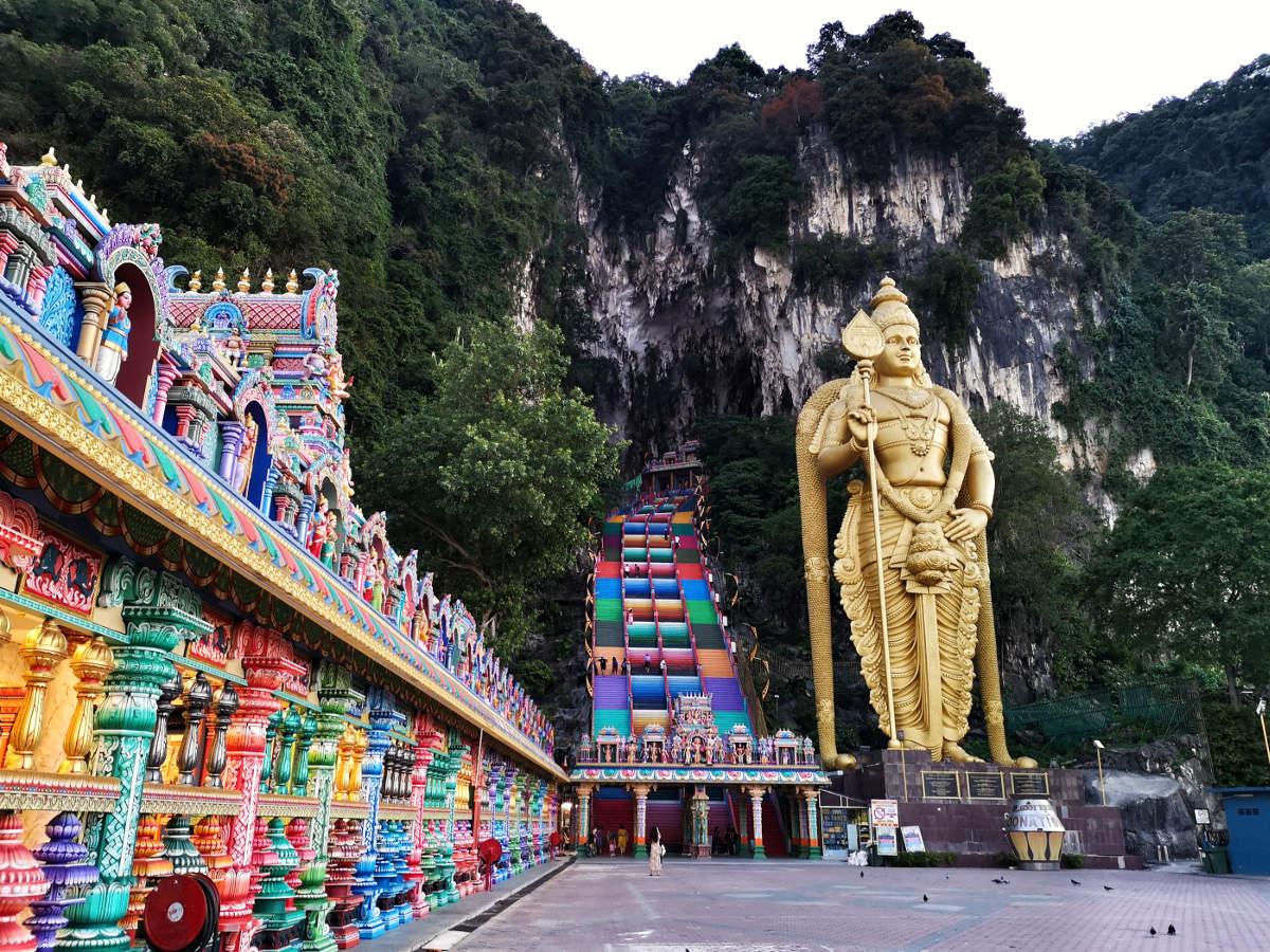 Die berühmten bunten Treppen hinauf zur Haupthöhle der Batu Caves und die riesige Statue des Gottes Murugan sind ein beeindruckendes Bild. Wanderhunger