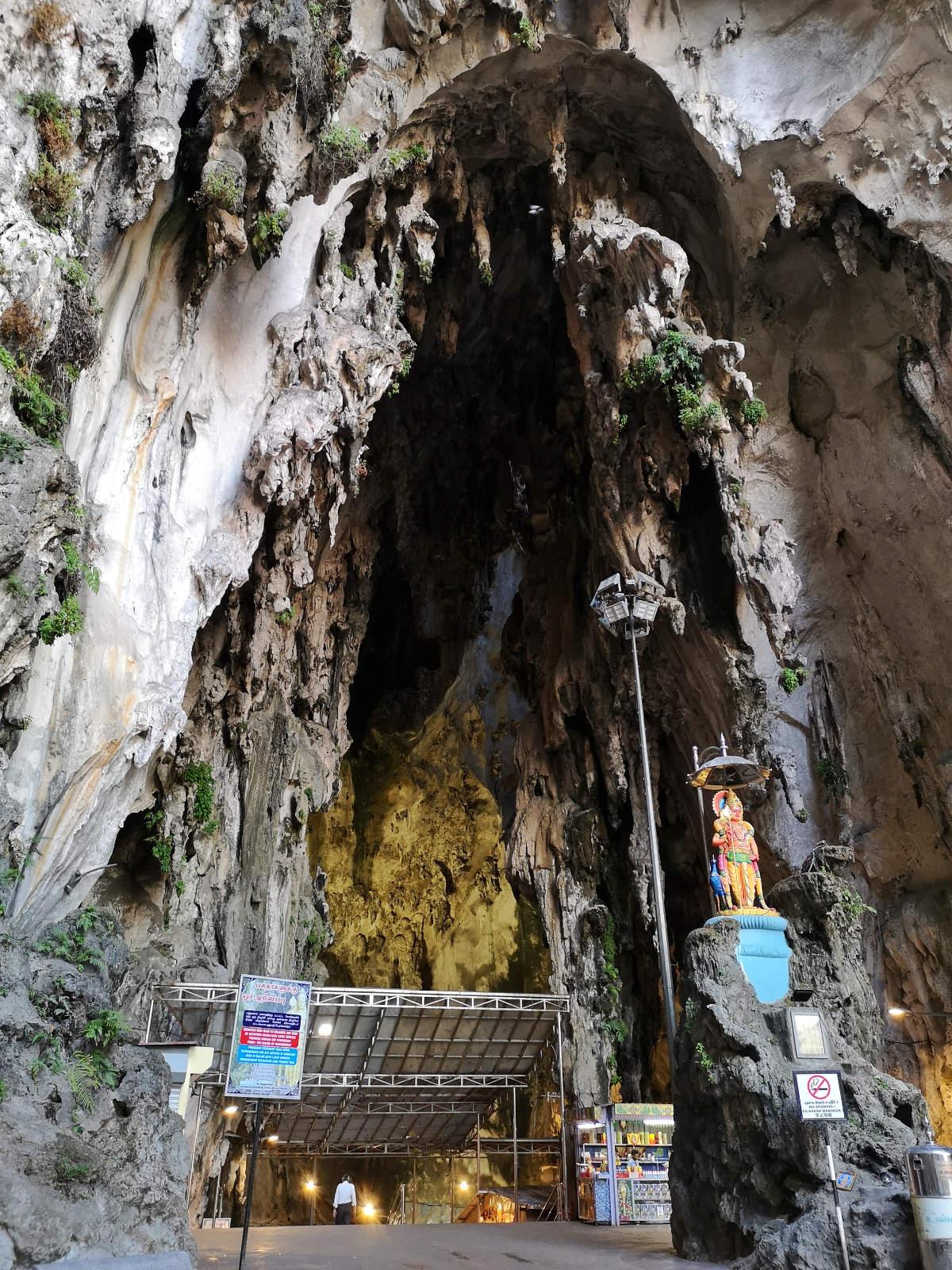 Der Eingang zur Tempelhöhle oder Kathedralenhöhle der Batu Caves nach der Treppe zeigt eine tolle Gesteinsformation. Wanderhunger