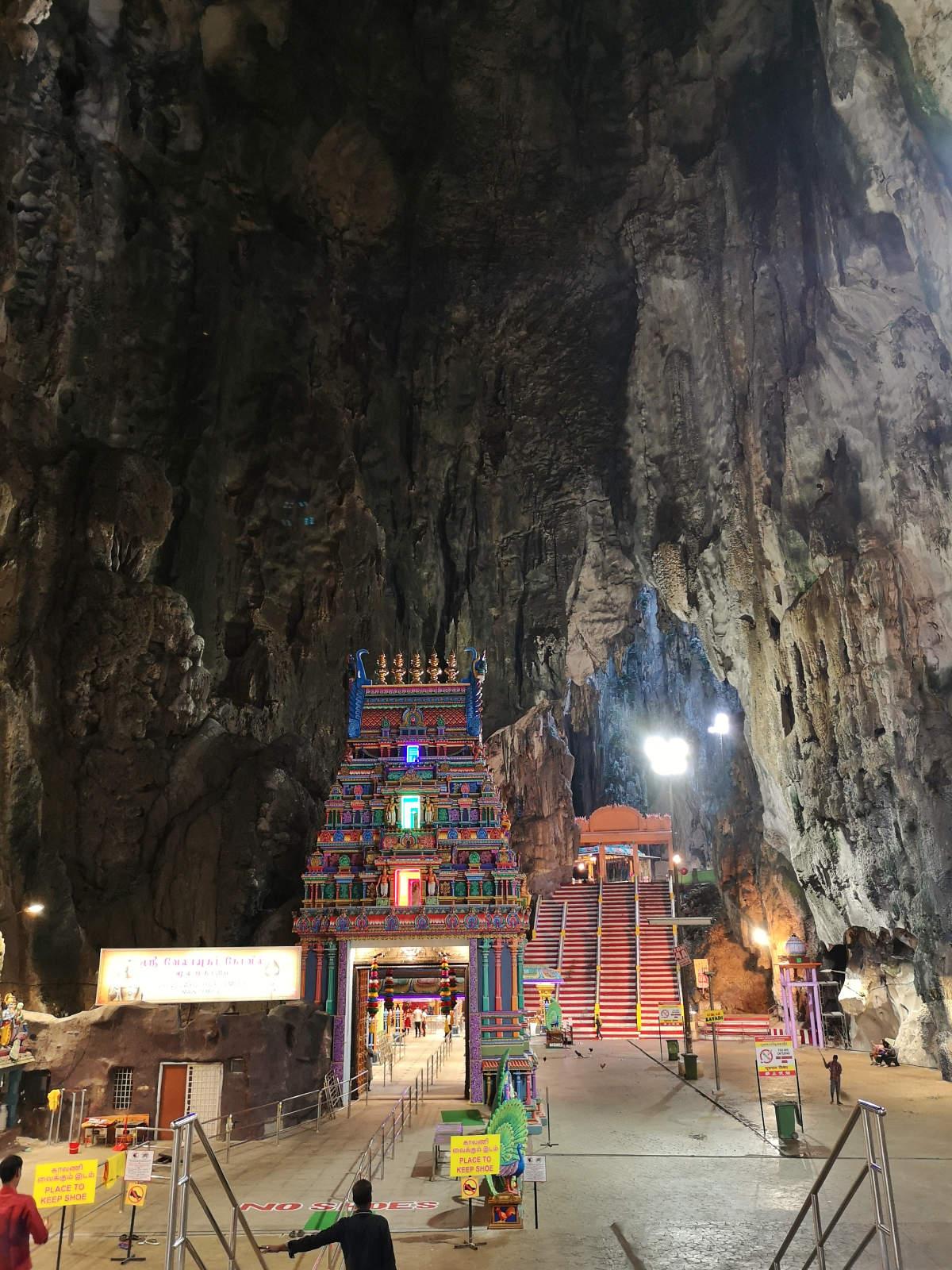 Die Haupthöhle, genannt Tempelhöhle oder KAthedralenhöhle der Batu Caves, beeindruckt mit ihren Dimensionen, aber auch mit den wunderschönen Kalksteinformationen. Wanderhunger