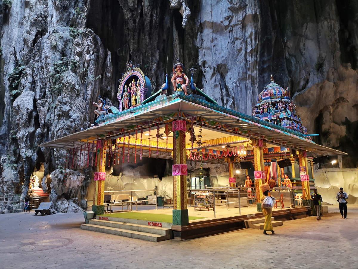 Die Gebetshalle in der hinteren Höhle, die sich hinter der Kathedralen- bzw. Tempelhalle der Batu Caves befindet. Wanderhunger