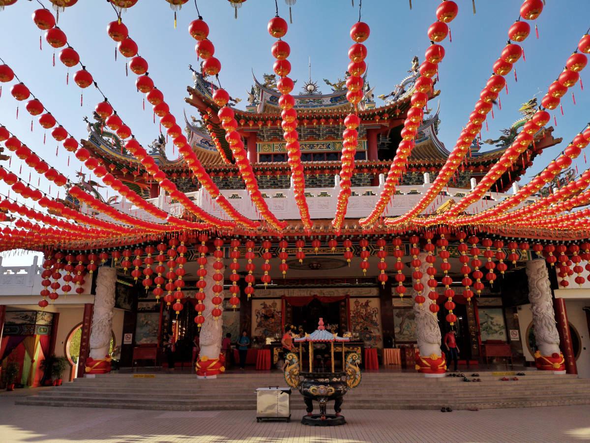 Der großzügige Platz im OBergeschoß ist mit zahlreichen chinesischen Lampions überspannt. Dort ist auch der Haupteingang zur großen Gebetshalle.