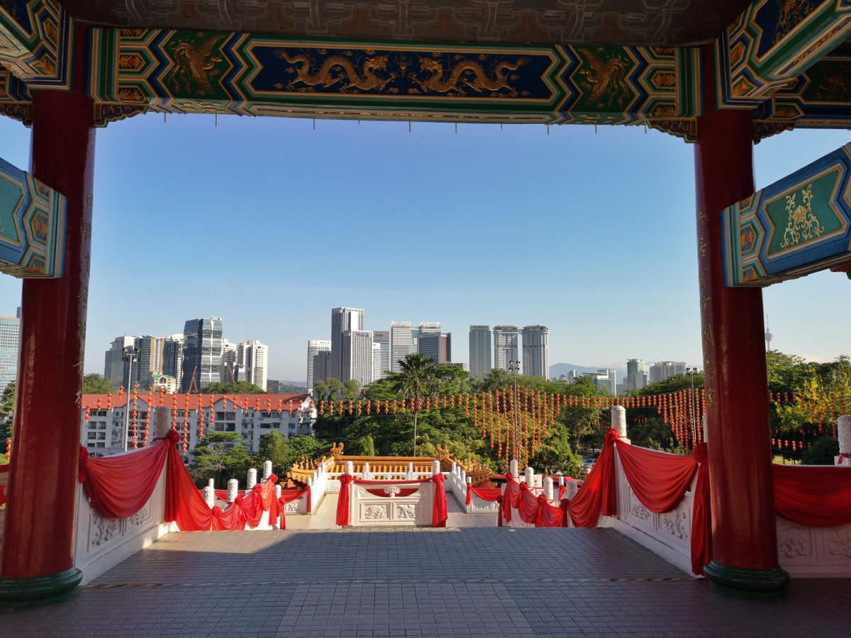 Der tolle Ausblick auf die Hochhäuser von Kuala Lumpur vom Thean Hou Tempel auf den Robson Heights aus. Wanderhunger