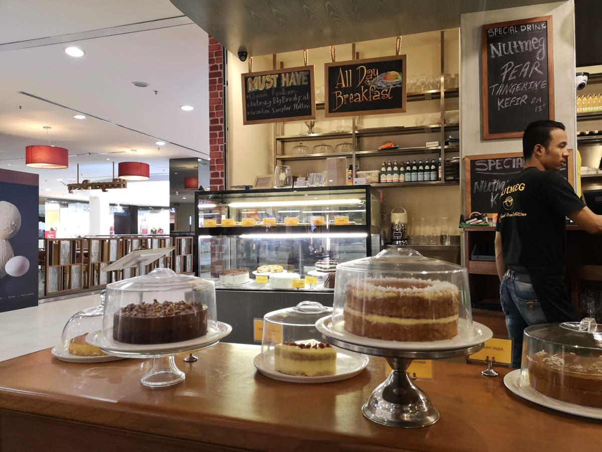 Die Kuchen und Torten im Nutmeg Cafe im Bangsar Village Shopping Center, Kuala Lumpur, haben ausgezeichnet ausgesehen. Wanderhunger