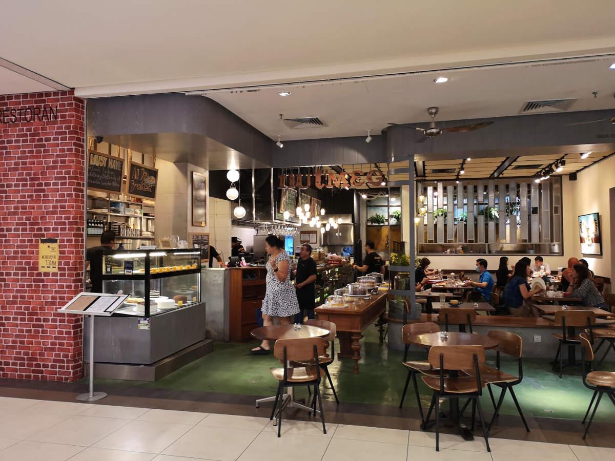 Der Gastraum des Nutmeg Cafe im Bangsar Village Shopping Center in Kuala Lumpur bietet gemütliche Sitzplätze und einen guten Ausblick auf die vorbeigehenden Leute. Wanderhunger