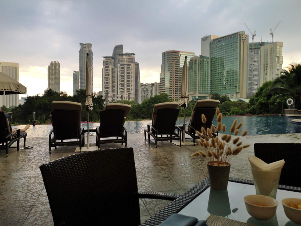 Im Restaurant Aqua im Mandarin Oriental Kuala Lumpur genießt man den Blick auf Pool und die umliegenden Skyscraper. Wanderhunger