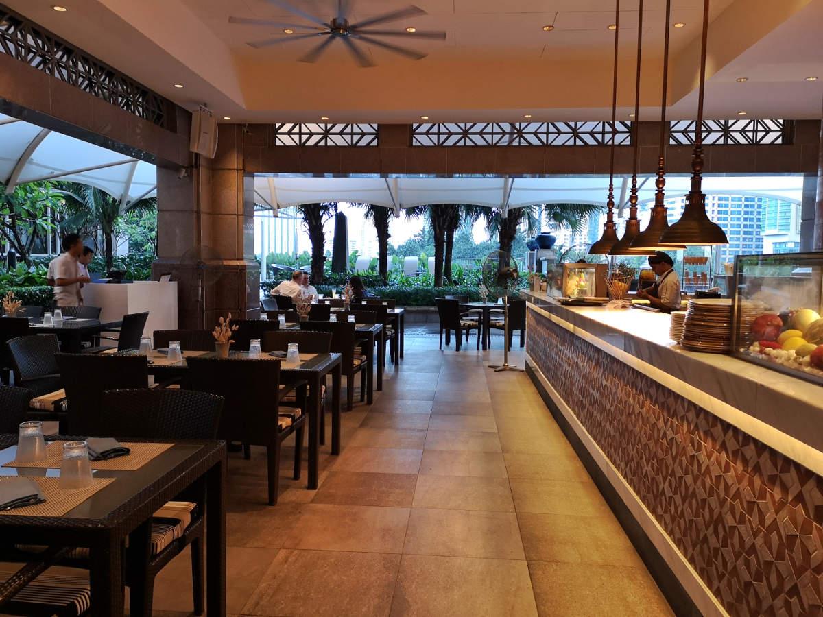 Die Sitzplätze im Restaurant Aqua im Luxusuhotel Mandarin Oriental in Kuala Lumpur neben der offenen Küche und Bar. Wanderhunger