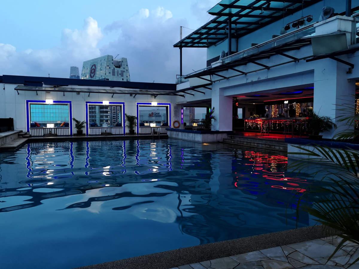 Der Poolbereich des Hotels Pacific Regency Suites in Kuala Lumpur verwandelt sich abends in eine Cocktail Rooftop Bar. Wanderhunger