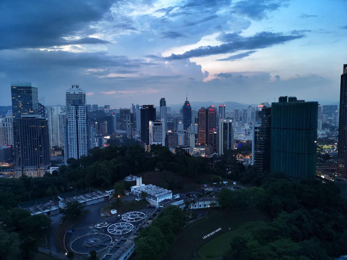 Der Ausblick auf Kuala Lumpur von der Luna Bar in Kuala Lumpur aus gesehen, zur Zeit des Sonnenuntergangs. Wanderhunger