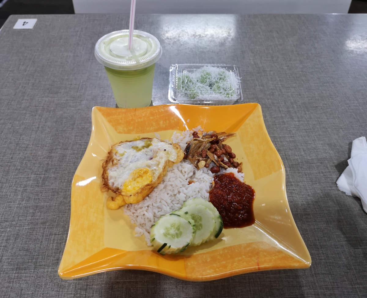 Nasi Lemak, Kokosreis, wird in Malaysien gerne zum Frühstück gegessen. Dazu ein frisch gepresster Saft. Wanderhunger