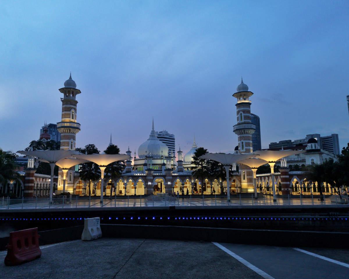 Die Masjid Jamek Moschee ist in der Nacht fantastisch beleuchtet. Wanderhunger