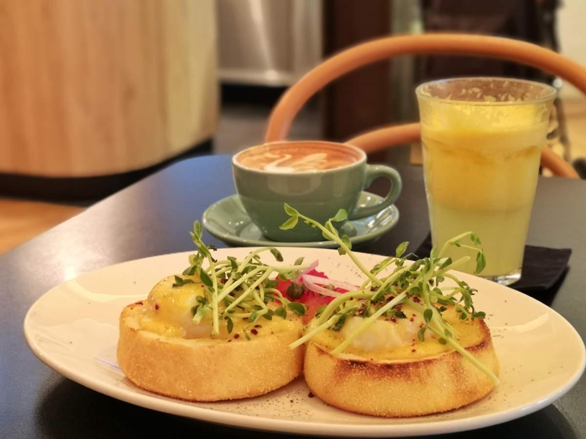 Das Feeka Coffee Roasters in Kuala Lumpur bietet fantastisches Frühstück, hierist wirklich alles gut, so wie hier mein Salmon Egg Benedict. Wanderhunger