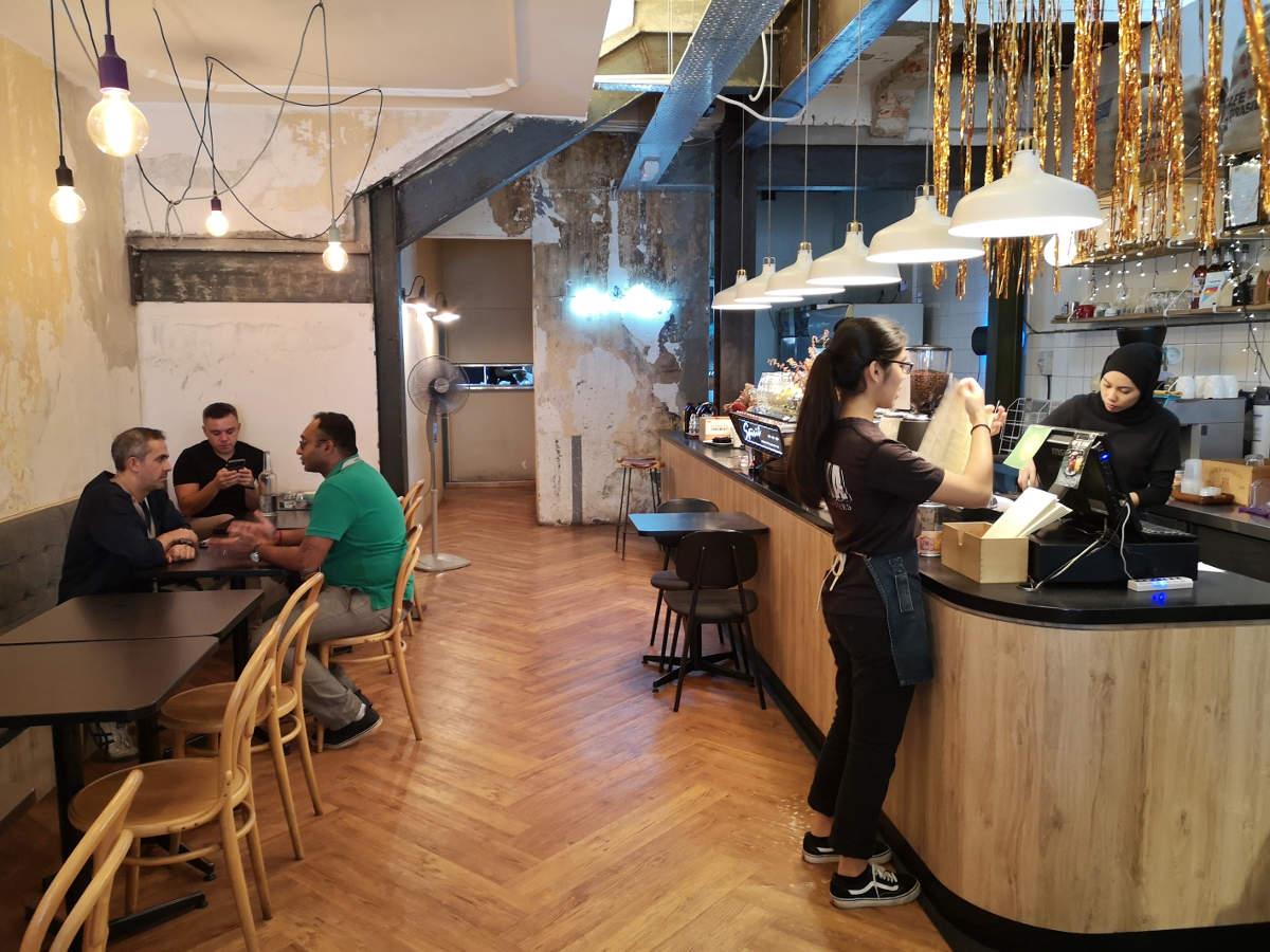 Im Feeka Coffee Roasters in Kuala Lumpur fühlt man sich wie versetzt nach Berlin in ein Hipster-Cafe. Wanderhunger