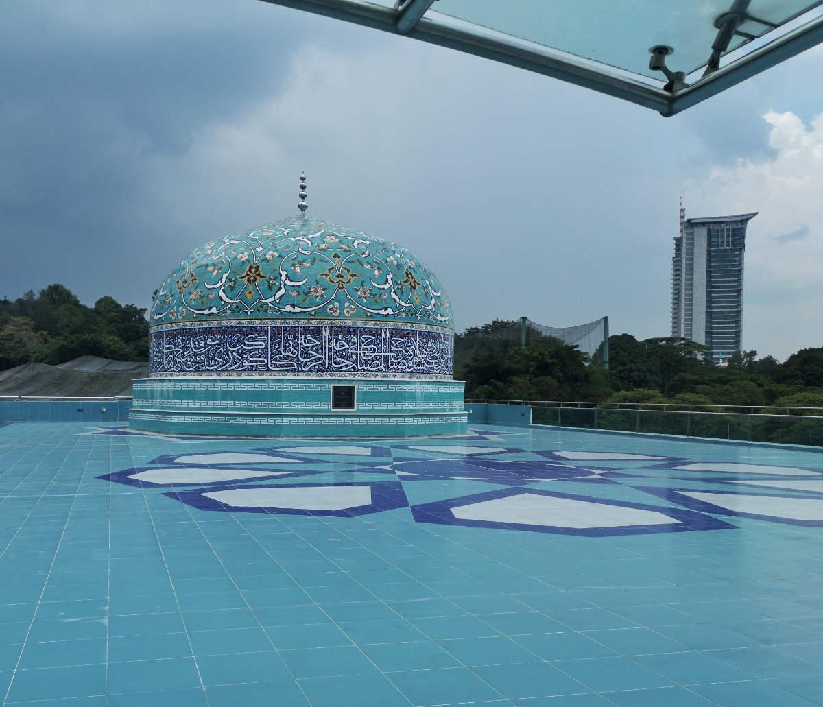 Die leider geschlossene Dachterrasse auf dem Islamic Arts Museum in Kuala Lumpur bietet diesen tollen Anblick. Wanderhunger
