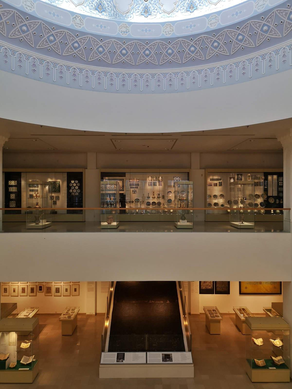 Hier sind zwei Ausstellungsebenen zu sehen, im unteren Teil eine Kiswa, der Teppich, der die Kaaba in Mekka bedeckt. Islamic Arts Museum, Kuala Lumpur, Wanderhunger.