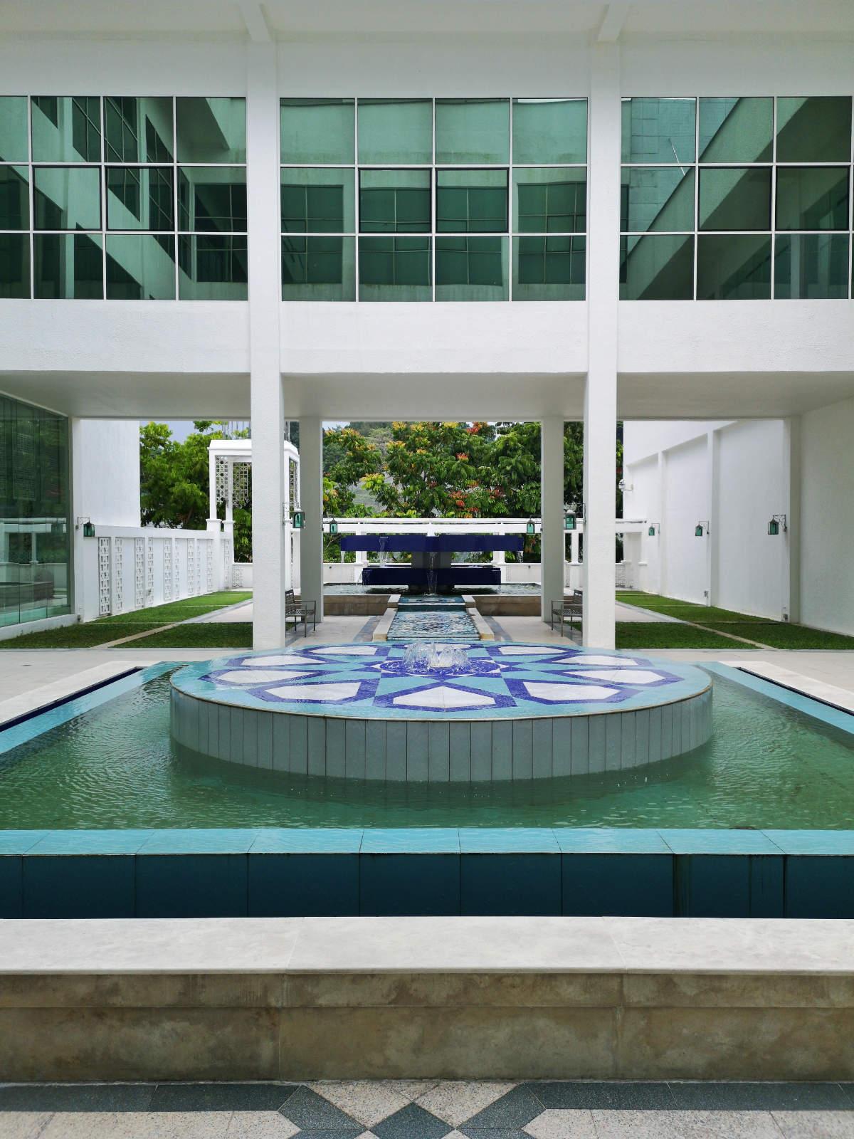 Das Islamic Arts Museum in Kuala Lumpur hat eine wunderschöne, geradlinie Architektur und bietet im Innenhof diesen wunderschönen großen Brunnen.