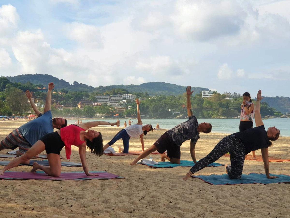 Yoga am Strand/Beach Yoga mit Belove Yoga am Kata Beach. Ein perfekter Urlaubstag auf Phuket. Wanderhunger