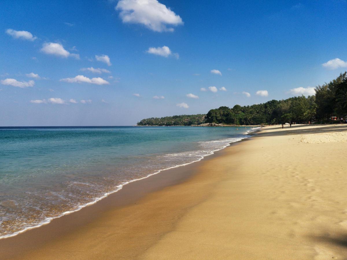 Surin Beach, ein wunderschöner Strand mit türkisem Meer auf der INsel Phuket für einen perfekten Urlaubstag. Wanderhunger