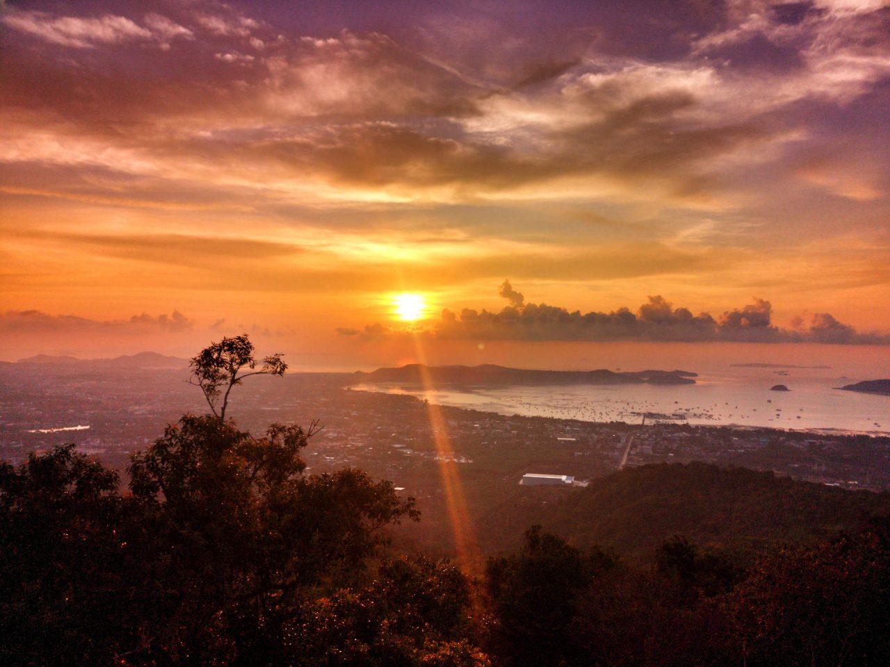 Traumhafter Sonnenaufgang vom Big Buddha aus fotografiert über der Chalong Bay auf Phuket, Thailand. Ein perfekter Urlaubstag auf Phuket. Wanderhunger