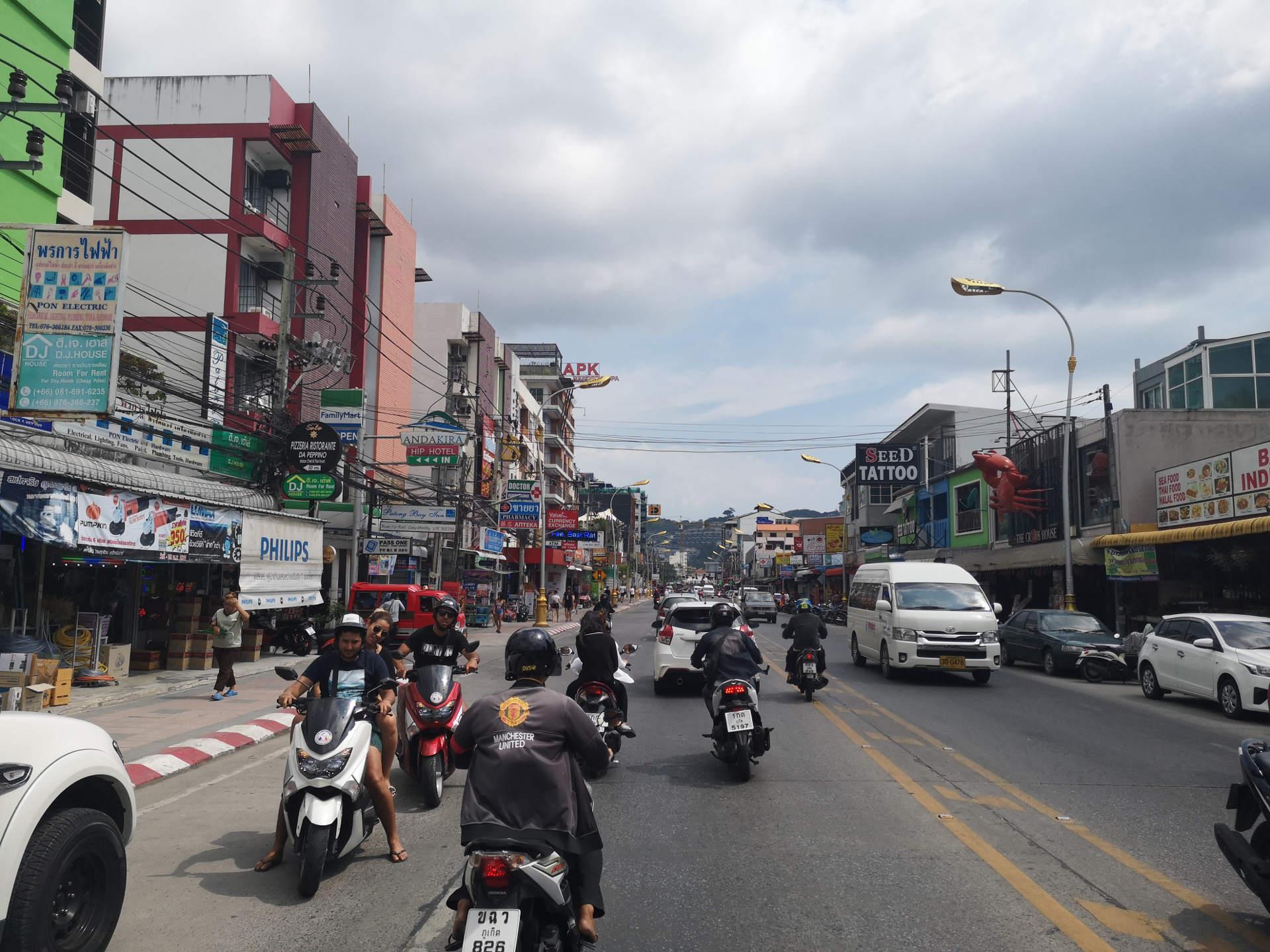 """für Mopeds und Motorräder ist eine Straßenspur aufgeteilt in mehrere parallele """"Mopedspuren"""", hier heißt es vorsichtig fahren. Wanderhunger"""