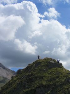 Zillertal Berggipfel mit Frau und Hund