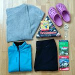 Hüttengepäck: Softshelljacke, Cardigan, gemütliche Hose, Wanderführer, Spiele, Kopfhörer, Crocs
