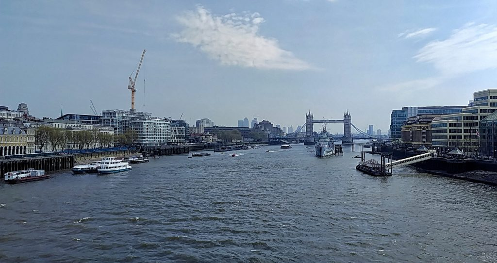 Tag in London, Blick von der London Bridge zur Tower Bridge, im Vordergrund die HMS Belfast