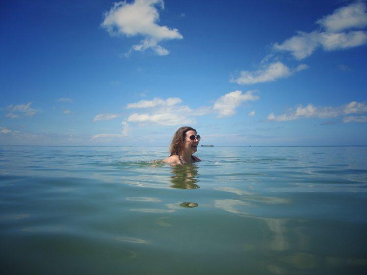 Sonnenschutz im Urlaub am Meer, beim Baden, schwimmen, Haut schützen, Wanderhunger