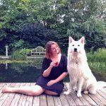 Martina von Wanderhunger und ihr Hund Rocco beim cocktailtrinken auf der Terrasse.