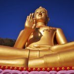 Der goldene Buddha vom buddhistischen Tempel Wat Khao Rang in Phuket. Wanderhunger